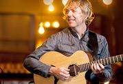ギタリストのポール・リチャーズ (カリフォルニア・ギター・トリオ) がStageSourceスピーカーへスイッチ