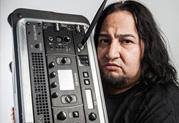 Dino Cazares de Fear Factory délivre un son énorme tout en voyageant léger avec Line 6