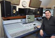 Le producteur Glenn Rosenstein (Madonna, Ziggy Marley, U2) teste les enceintes StageSource